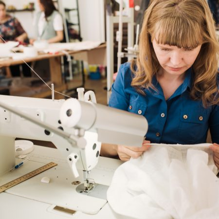 REALISER LES RETOUCHES ET LA FABRICATION UNITAIRE DE VETEMENTS FEMININS / CCP 1 du titre professionnel « Fabricant de vêtements sur mesure »